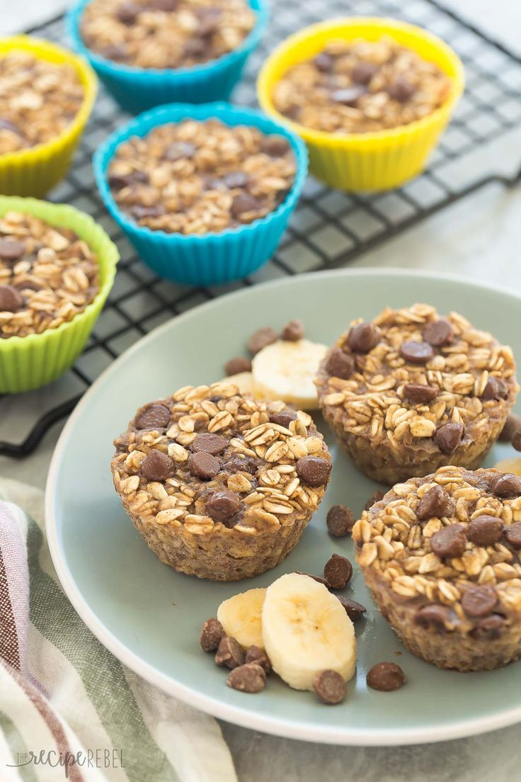 Banana Chocolate Chip Baked Oatmeal Cups -- 126 CALORIES -- an easy, healthy breakfast that is make ahead, freezer friendly, and packed with protein and fiber | easy recipe | healthy recipe | kid friendly