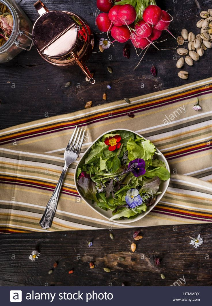 Download this stock image: Colorfull Salad with Edible Flowers - htmmdy from Alamy's library of millions of high resolution stock photos, illustrations and vectors.