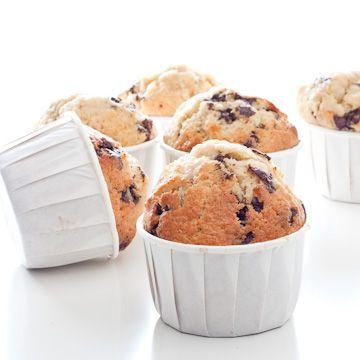 Muffins aux pépites de chocolat  oici la recette de base que j'utilise toujours pour les muffins sucrés : ici j'ai rajouté des pépites de chocolat, tout simplement, mais on peut aussi les faire nature, avec des morceaux de poires, de framboises, d'amandes torréfiées, de noisette