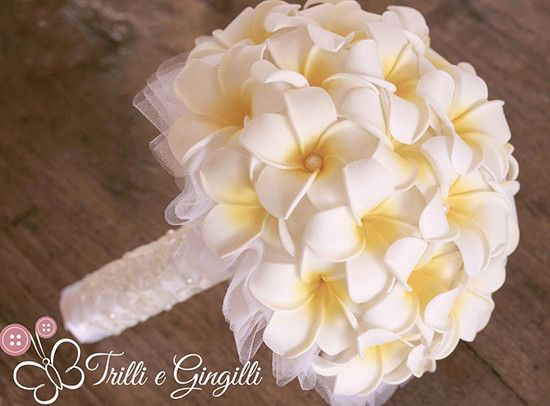 Bouquet in tessuto con fiori frangipani. Bride bouquet with white frangipani fabric flowers. #wedding