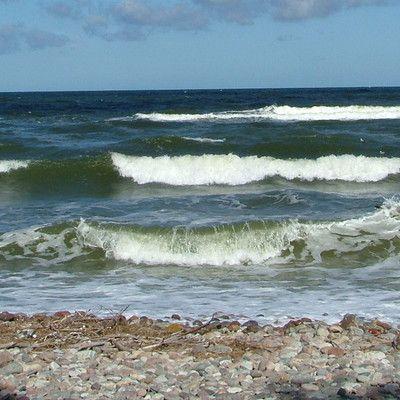 Скільки років Балтійському морю? 12 000 років! Балтійське море є одним з наймолодших морів в світі. Воно виникло після закінчення льодовикового періоду і пройшло через кілька етапів розвитку. У своїй історії воно було і озером і морем.