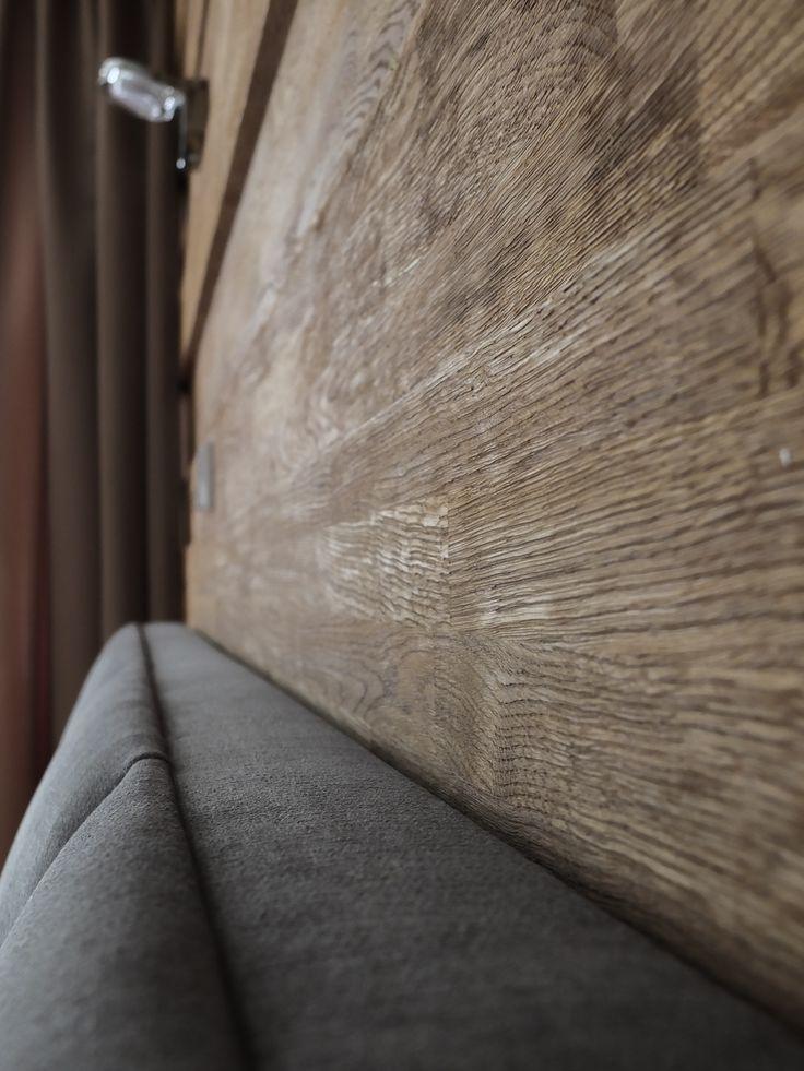 Sypialnia. Apartament w Zakopanem. Jeżeli chcesz zobaczyć więcej zdjęć tego niezwykłego podhalańskiego projektu zajrzyj na http://tryc.pl/. Drewno na ścianie, tapicerowane wezgłowie.