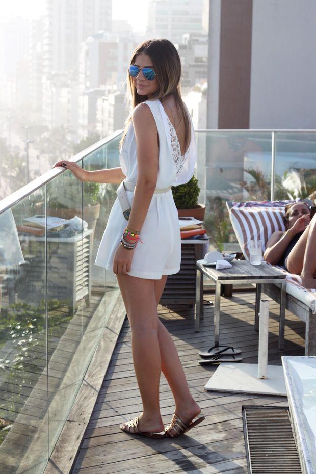 Thassia Naves veste: Macaquinho – Topshop (Brasil) | Cinto – Lilly Sarti | Rasteira – Luiza Barcelos | óculos – Ray Ban (Na loja da Jú) | Crucifixo – Goldesign | Pulseiras – Ju Manzini