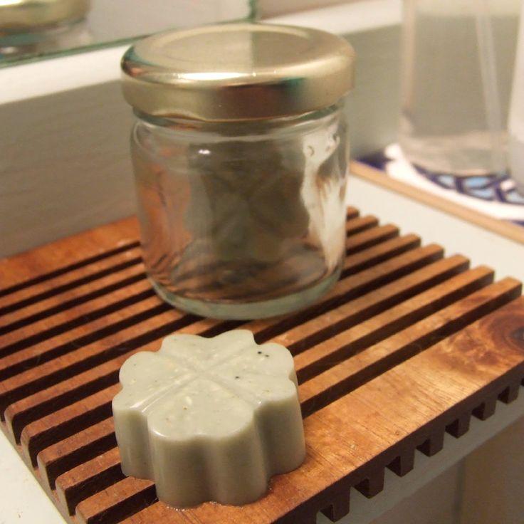 Le déodorant naturel Un ramequin 1/2 ramequin d'huile de coco (préalablement liquéfiée au bain marie) 1/4 de ramequin de bicarbonate de soude 1/4 de ramequin de fécule Huiles essentielles (facultatif)
