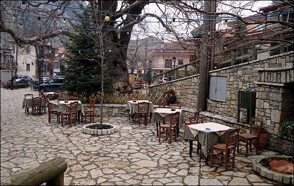 Παρνασσός: Χιονισμένα χωριά και ωραίες διαδρομές Στην πλατεία της Αγόριανης