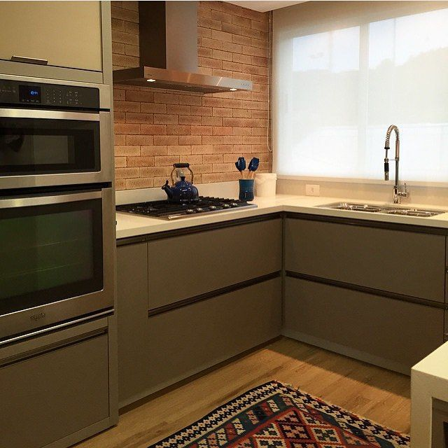 Cozinha l Destaque para os armários fendi e tijolinho na parede, adorei esta mistura! Projeto @luisafgrillo #kitchen #cocina #cozinha #gourmet #chic #rustic #interiordesign #amazing #decoration #instamood #design #luxurydecor #arquitetura #cool #arquiteta #architecture #project #inspiracao #decor #instagram #blogfabiarquiteta #fabiarquiteta www.fabiarquiteta.com