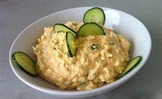 Krémová vajíčková pomazánka.   ...   5 ks vejce, 200 g zakysaná smetana, 2 lžičky hořčice,  1 lžička sůl,  pepř,  1 ks cibule