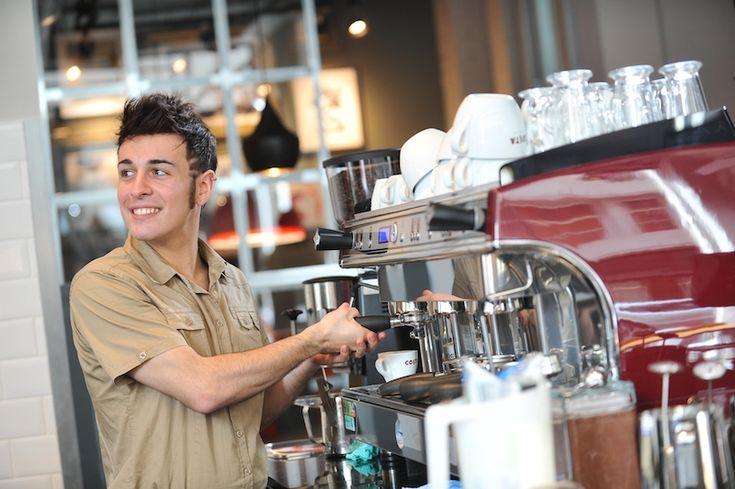 Barista adalah nyawa dari sebuah kedai kopi. Mereka adalah inti yang yang menghasilkan kopi-kopi nikmat yang didamba para penikmatnya. Tapi bukan berarti baristatak pernah melakukan kesalahan. Barista juga manusia. Dan yang namanya manusia pastilah membuat kesalahan yang bisa disengaja dan kadang …