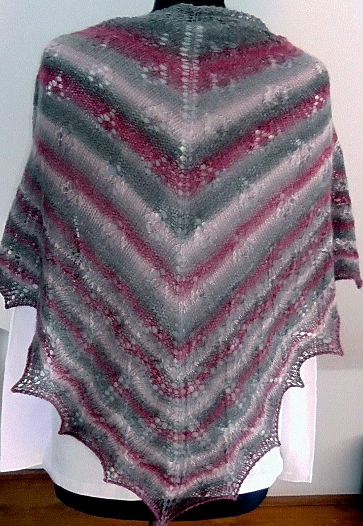 pletený šátek Pletený šátek z kvalitní zahraniční příze - melír v barvách šedá, růžová, červená. Rozměry: nejdelší strana cca 140 cm, v cípu cca 65 cm.