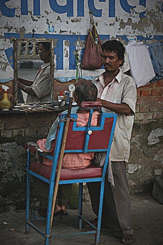 Barbiere per le strade di Old Delhi. Foto di Samuele Fracasso