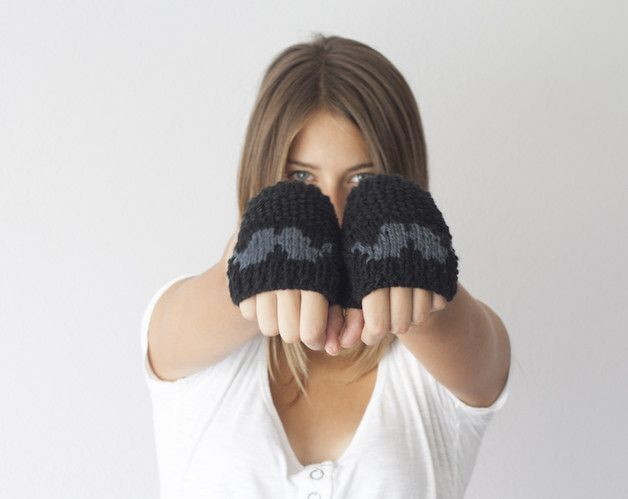 This pair of fingerless gloves is handknitted in a soft and fine wool/acrylic yarn.This way it is very easy to care.It is made in black with a grey moustache.It fits to almost all sizes.Never been...