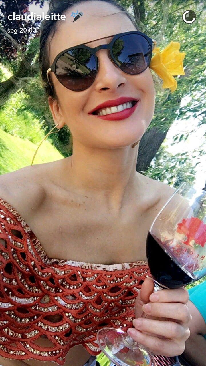 Claudia Leitte usa look exclusivo e joia rara na estreia