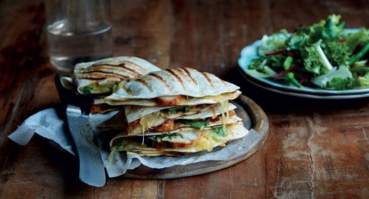 Een samensmelting van gegrilde tortilla's met kipfilet, geraspte kaas, lente-ui en groene bonen.