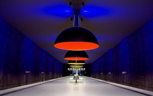 Иностранный опыт. Самые оригинальные станции метро.  Мы думаем, что метро играет чисто утилитарную функцию по перевозке людей, но это не всегда так. Некоторые станции, находящиеся в разных уголках земного шара, могут стать мировыми достопримечательностями. На них можно увидеть художественные инсталляции, музейные экспозиции или почувствовать себя сказочным гномом.  http://theloom.ru/city/expirience/inostrannyiy-opyit-samyie-originalnyie-stantsii-metro/