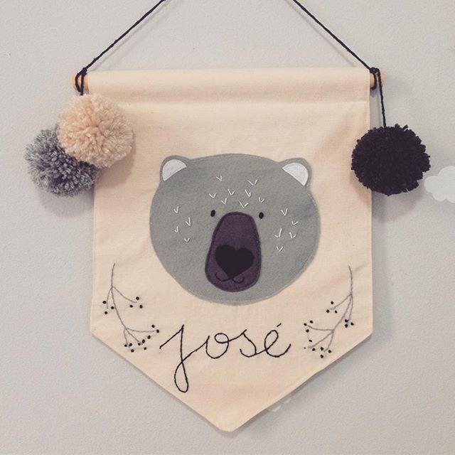 Já sou apaixonada na carinha desse urso e ai me pedem pra fazer um bordadinho, pronto, to amando essa flâmula @alessandra_b19 ❤️ Já sabe né, personalizo a flâmula pra você #flâmula #flamula #flamulas #flamulainfantil