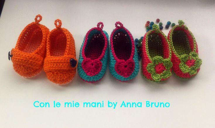 Le dolcissime scarpine per bambini a uncinetto di Anna Bruno con tutte le spiegazioni per realizzarle.  Il modello base è uguale per tutti, cambiano le decorazioni.  Le mie prefe...