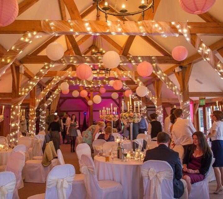 Roze lampionnen en roze linten. #lampionnen #paperlanterns #weddinginspiration…