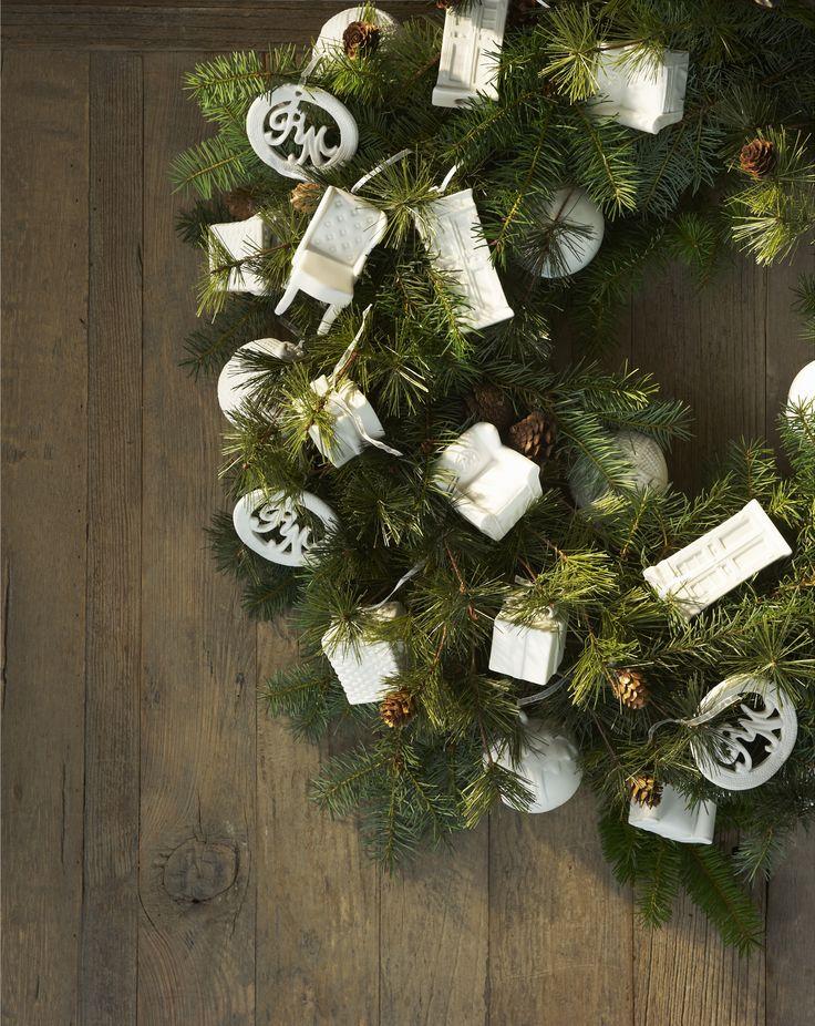 Luxe versierde kerstkrans van Riviera Maison. In de decembermaand mag een kerstkrans thuis eigenlijk niet ontbreken. Deze krans van Riviera Maison is luxe versierd met speciale kerstornamenten. Herken je de Cape Cod kast, Keith Wing Chair en Classic Loveseat van Riviera Maison? Van de meest  geliefde meubelen zijn nu kerstornamenten van porselein gemaakt. Riviera Maison