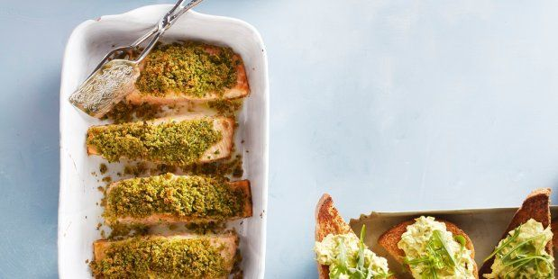 Ovengebakken zalmfilet met een krokante korst van broodkruimels, peterselie, basilicum, knoflook en olie.
