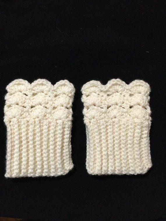 Puños de bota color crema, pequeñas. Estos puños de arranque son el accesorio de arranque de invierno perfecta! Linda y caliente, elástico de diseño, los tamaños más grandes también se ofrecen. Órdenes de encargo son bienvenidas