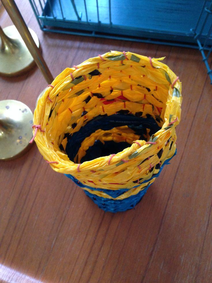 Förvaring. Vävd i 3D med remsor av plastpåsar.