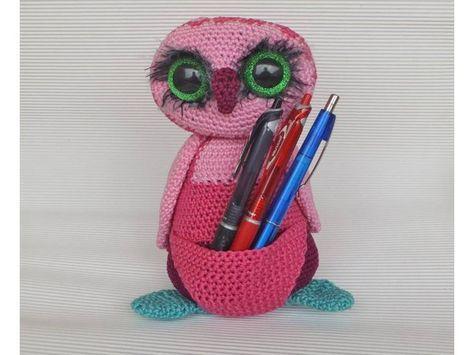 Karla Kauz kuschelt unwahrscheinlich gerne und kann auch wunderbar auf Stifte, Häkelnadeln oder andere Kleinigkeiten aufpassen. Mit ihren großen Augen bewacht sie einfach ALLES. Diese Eule ist schnell und leicht nachzuhäkeln und für Häkelanfänger be