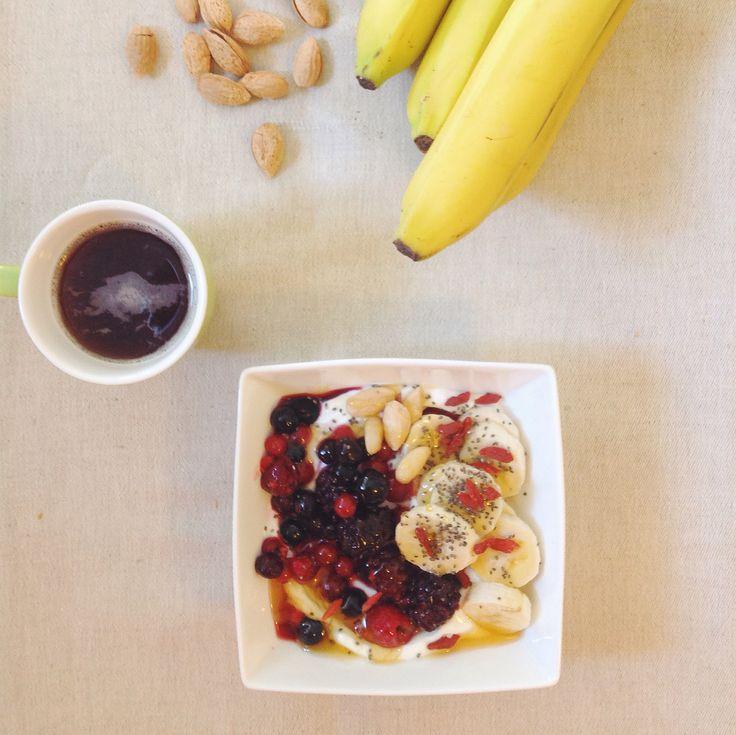 Πρωινό με μούρα!! Οι πιο νόστιμες αντιοξειδωτικές βιταμίνες!  Μπορείς να τα βρεις τον περισσότερο καιρό στα στα σουπερμάρκετ στα κατεψηγμένα τρόφιμα και να τα προσθέσεις σε γιαούρτι ή σε smoothie