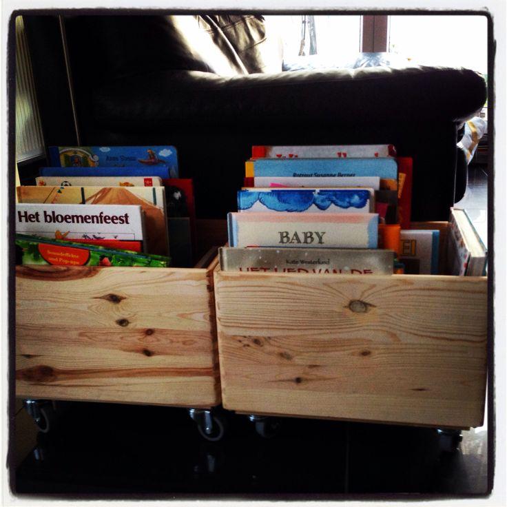 Houten kratjes, wielen eronder en boeken erin! Enorme uitnodiging tot lezen en makkelijk te verplaatsen