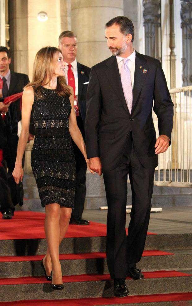 PHOTOS - Le prince Felipe et la princesse Letizia d'Espagne quittant le Teatro…
