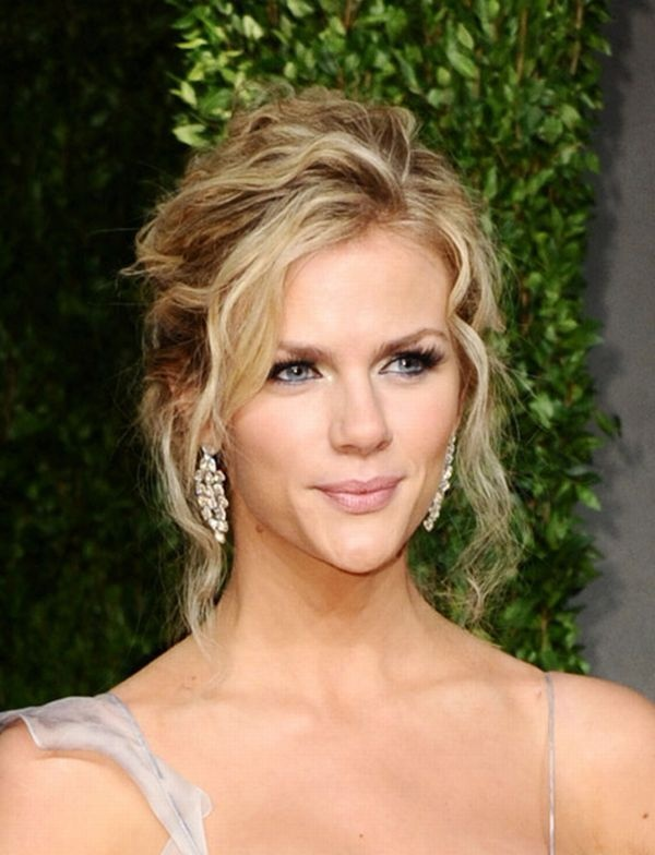 brooklyn. beautiful -- a light summer in soft autumn makeup... and she PULLS IT OFF, BEAUTIFULLY!!!  Right?