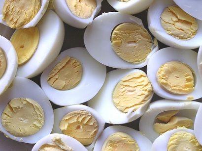 Gevulde eieren met zalm is een lekkere variant op de traditionele gevulde eieren. Een eenvoudig recept maar wel heel lekker