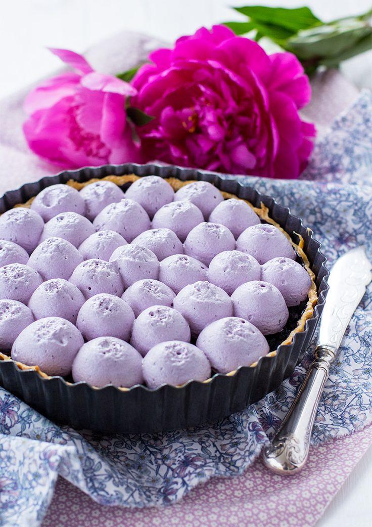 Blåbärspaj deluxe skulle man kunna kalla denna blåbärspaj med blåbärsmaräng. Både blåbär i pajen och ovanpå och så blir den sådär snyggt lila.
