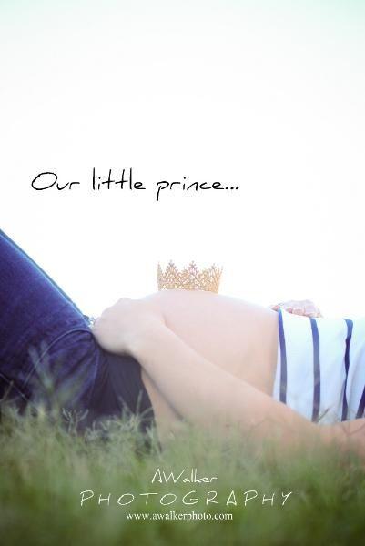 Maternity photography pose: little crown. Houston maternity photographer.