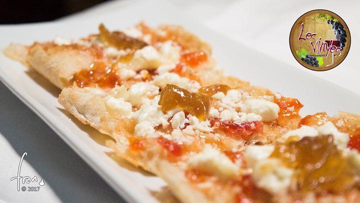 Torrada de queso de cabra con mermelada de tomate y cebolla caramelizada Te gustan nuestras torradas? Esta te va a entusiasmar!