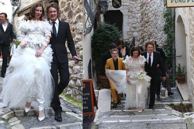 Unos #suben y otros #bajan así son las #bodas depende del #lugar en fin todos #felices #parejas #parejasdenovios #wedding #weddingcouple #couple #sonrisas #zapatos #blanco #pantalones #pantalonesdeboda #bodas&bodas #novias #originales #detalles #TodobodaVenezuela