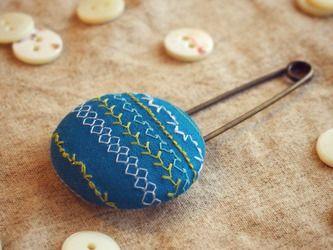 ミシン刺繍くるみボタンのスカーフピン m-8の画像