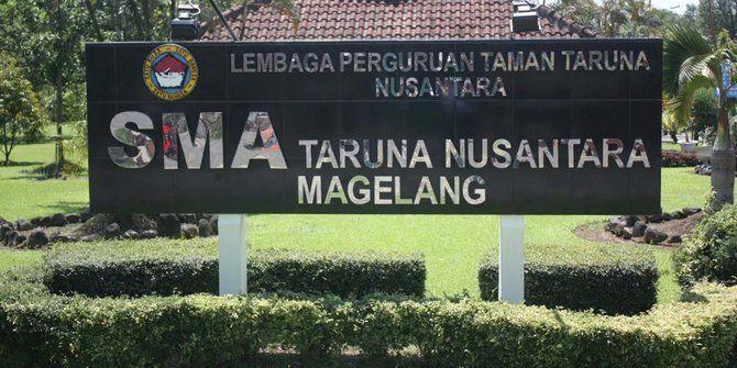 Rekontruksi Pembunuhan Siswa TN Digelar di Kampus dan Mal https://i1.wp.com/malangtoday.net/wp-content/uploads/2017/04/Taruna-Nusantara.jpg?fit=670%2C335&ssl=1 MALANGTODAY.NET –Aparat kepolisian menggelar rekonstruksi kasus pembunuhan terhadap siswa SMA Taruna Nusantara, Kabupaten Magelang, Jawa Tengah, Kresna Wahyu Nurachmad (15), dengan tersangka AMR (16), kawan sebaraknya, Senin (03/04). Rekonstruksi dilakukan secara tertutup di dua lokasi,... https://malangtoday.n