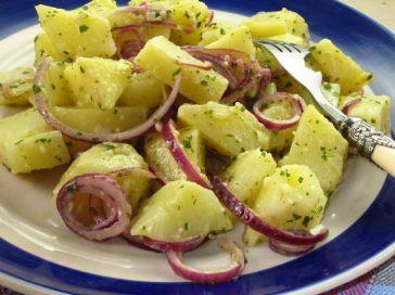 Le insalate di patate sono buone tutto l'anno. Tiepide o fredde sono perfette da servire in estate come contorno o come piatto da portare in spiaggia per un pic-nic. E' molto semplice preparare in casa un'insalata di patate in versione vegetariana o vegana, da arricchire con i prodotti di stagione e dell'orto, come i classici fagiolini, ma anche cipolle, erbe aromatiche, frutta fresca e salsine fatte in casa. Ecco tante ricette per preparare un'ottima insalata di patate.