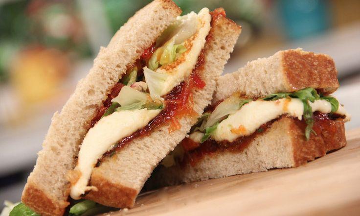 Sandwich de queso a la parrilla con mermelada de tomate