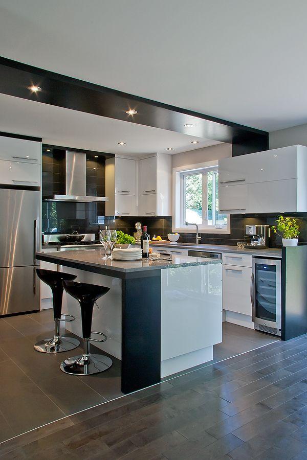 """Cuisine au design contemporain dans une construction neuve. Thermo plastique blanc lustré et comptoir de quartz avec lavabo parfaitement intégré. Clin d'œil au jeu de placage éclairé du mur jusqu'au plafond !  """""""