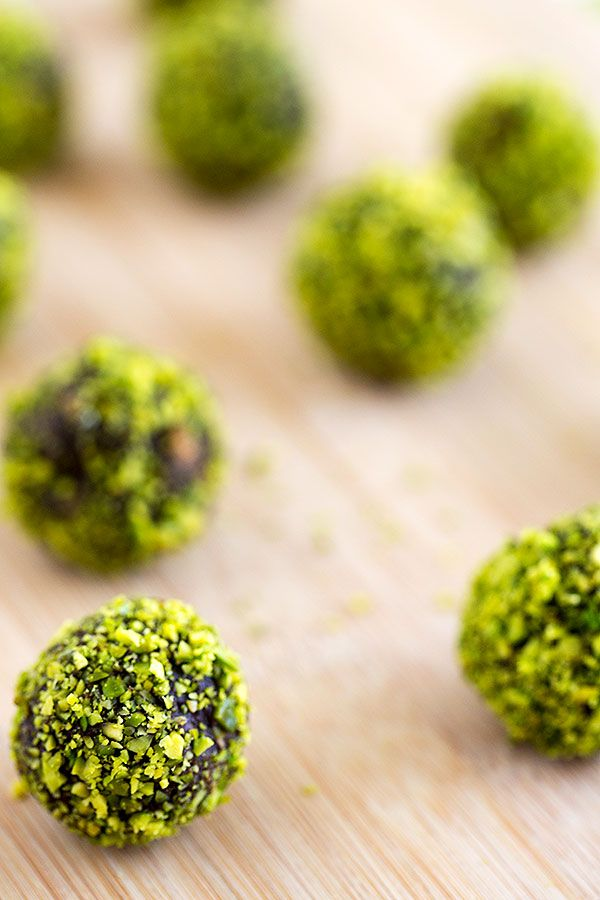 Advent Calendar Day 7 – Pistachio chocolate truffles « Strudel & Cream