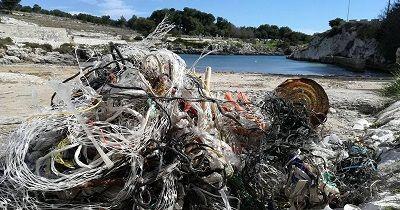 Otranto Porto Badisco: spiaggia invasa dai rifiuti