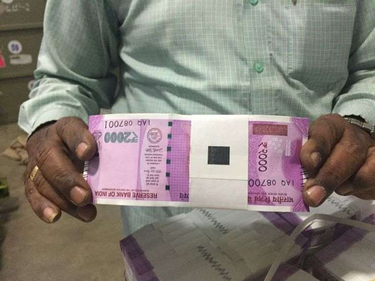 BJPs Minister with 2000 rupees note