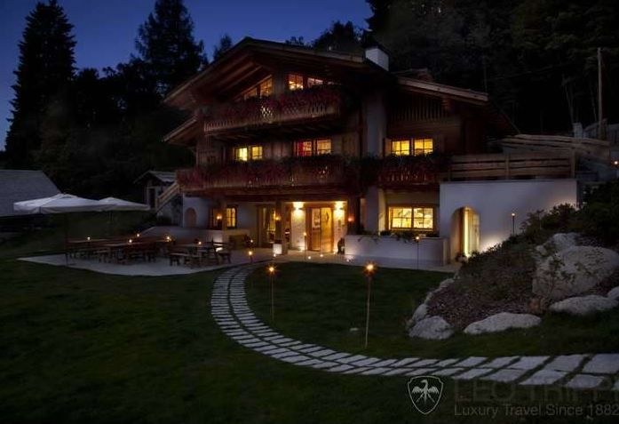 A drive through the #woods will take you to this #magical #fairytale #chalet. #dolomites #Italy  https://t.co/4FabbEcb87