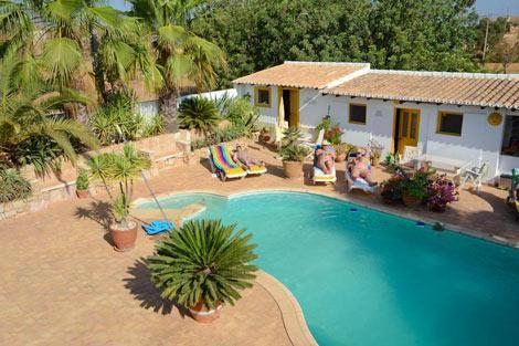 Casa Amarela - Casa Amarela is een gemoedelijke Bed & Breakfast, dat wordt gerund door het gastvrije Engelse echtpaar, Jane and Stewart. De mooie traditionele Portugese Casa is keurig verzorgd en gelegen in een boomgaard met vijgen, amandel, olijven en sinaasappelbomen...