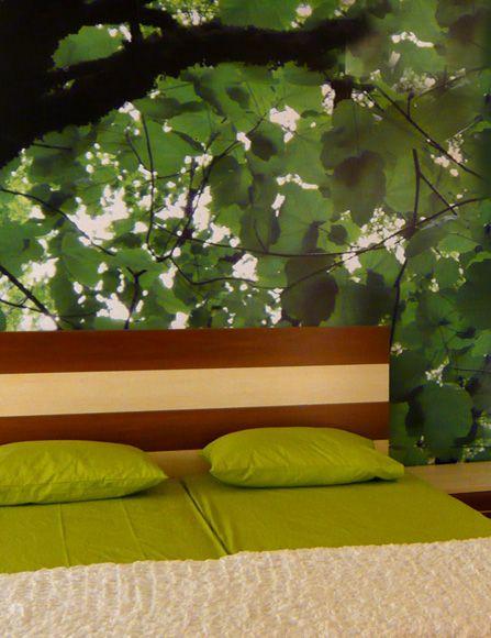 Φωτογραφική ταπετσαρία που καλύπτει όλο τον τοίχο πάνω από το κρεβάτι. Δείτε περισσότερες ιδέες διακόσμησης για την κρεβατοκάμαρα στη σελίδα μας www.artease.gr