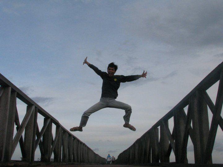 Melompat di atas jembatan cinta, pulau tidung, kepulauan seribu