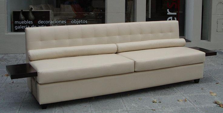Sofá con bandejas