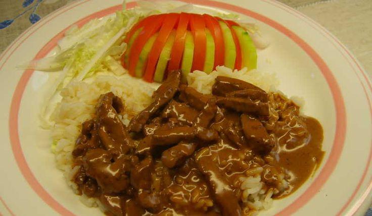 Stekta köttstrimlor i en sås med b.l.a. sambal oelek, tomatpuré, svartvinbärsgelé och grädde. Jag har använt kött från älg men det går lika bra med nöt eller gris.