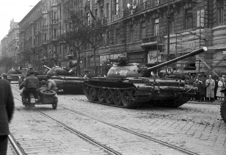 Szent István körút a Falk Miksa (Néphadsereg) utca felől a Honvéd utca felé nézve. A szovjet csapatok ideiglenes kivonulása 1956. október 31-én.